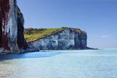 Weiße Kreideklippen mit blauer Bucht AR Normandie, Frankreich lizenzfreies stockbild