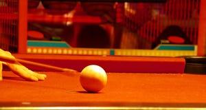 Weiße Kugel auf einer Pooltabelle Stockfotografie