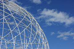Weiße Kugel gegen blauen Himmel Stockfoto
