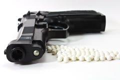 Weiße Kugeln mit einer schwarzen Gewehr stockfotografie