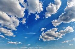 Weiße Kumuluswolken lizenzfreie stockfotografie
