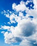 weiße Kumuluswolken im blauen Himmel. Backgroun Lizenzfreie Stockbilder