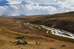 Weiße Kumuluswolken kommen unten von den Bergen, Herbst landsc Lizenzfreie Stockbilder