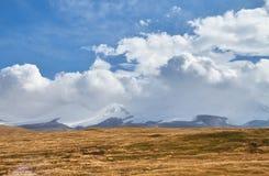 Weiße Kumuluswolken kommen unten von den Bergen, Herbst landsc Lizenzfreies Stockfoto