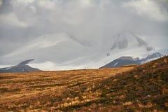 Weiße Kumuluswolken kommen unten von den Bergen, Herbst landsc Stockfotos