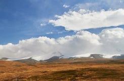 Weiße Kumuluswolken kommen unten von den Bergen, Herbst landsc Stockfoto