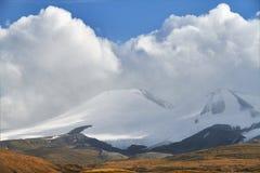 Weiße Kumuluswolken kommen unten von den Bergen, Herbst landsc Stockbild