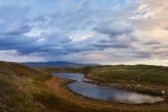 Weiße Kumuluswolken kommen unten von den Bergen, Herbst landsc Lizenzfreie Stockfotografie