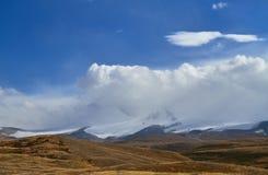 Weiße Kumuluswolken kommen unten von den Bergen, Herbst landsc Lizenzfreie Stockfotos