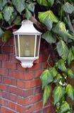 Weiße Lampe auf Backsteinmauer Stockfotos