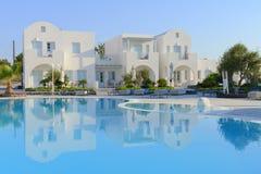Weiße Landhäuser des Luxus-Resorts über blauem Poolwasser Lizenzfreies Stockfoto