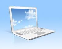 Weiße Laptop-Computer mit dem Himmelbildschirm getrennt Stockfotos
