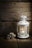 Weiße Laterne mit duftenden Kerzen Lizenzfreies Stockfoto