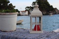 Weiße Laterne mit roter Kerze Stockfoto