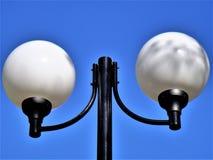 Weiße Laternen gegen den blauen Himmel Lizenzfreies Stockbild