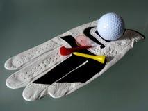 Weiße lederne Golfhandschuhnahaufnahme mit T-Stück und Markierungsklammer lizenzfreie stockbilder