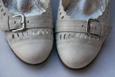 Weiße lederne Schuhe Stockfotografie