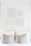 Weiße leere Bilderrahmen, die am Weiß hängen Lizenzfreie Stockbilder