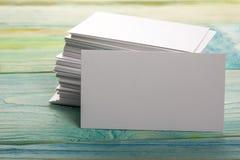 Weiße leere Geschäftsbesuchskarte, Geschenk, Karte, Durchlauf, Geschenk nah oben auf unscharfem blauem Hintergrund Kopieren Sie P Lizenzfreies Stockbild