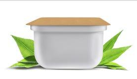 Weiße leere Plastikbank für Lebensmittel, Öl, Majonäse, Margarine, Käse, Eiscreme, Oliven, Essiggurken, Sauerrahm mit eco Papiera Stockfotos