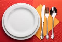 Weiße leere Platte mit Gabel, Löffel und Messer Stockfoto