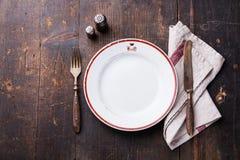 Weiße leere Platte und Gabel und Messer Stockfoto