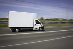 Weiße Lieferung Van Speeding auf Straße Stockfotografie