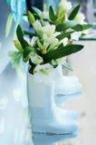 Weiße Lilien im Gummistiefel Lizenzfreies Stockfoto