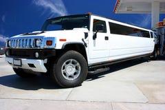 Weiße Limousine auf Tankstelle Stockfotos