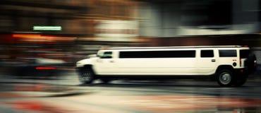 Weiße Limousine Hummers h3 verwischte heraus 18 07 Manchester 2008, englisch Lizenzfreies Stockfoto
