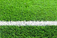 Weiße Linie auf dem grünen Gras Lizenzfreie Stockfotos
