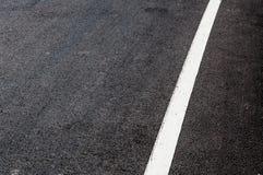 Weiße Linie auf neuem Asphalt detai Stockfotografie