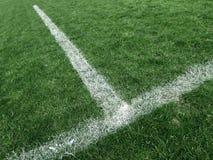 Weiße Linie des Rugbystadionseckenrasengrüns Stockfoto