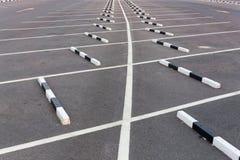 Weiße Linien/leerer Parkplatz Stockfoto