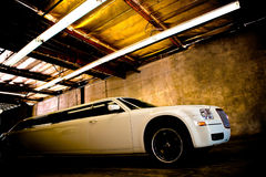 Weiße Luxuxlimousine Lizenzfreie Stockfotos