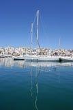 Weiße Luxuxyacht mit hohem Mast und Reflexion im ruhigen Kanal in Spanien mit Sonne und blauem Himmel Stockbilder