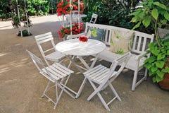Weiße Möbel in einem schönen Garten. Lizenzfreie Stockfotos