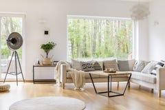 Weiße Möbel im Raum lizenzfreie stockfotografie