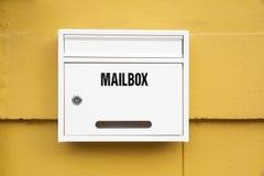 Weiße Mailbox auf der Wand Stockbild