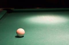 Weiße Markekugel auf Pooltabelle Stockfotos