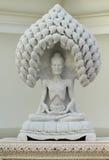 Weiße Marmorstatue des alten Buddhas Stockfotos