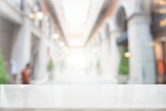 Weiße Marmortischplatte auf Unschärfekaffeestube Lizenzfreie Stockbilder