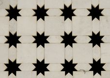 Weiße Marmorwand mit Sternformausschnitten. Indien stockbild