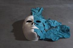 Weiße Maske auf grauem Hintergrund Stockfoto