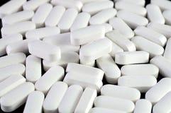 Weiße Medizinpillen Stockfotos