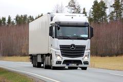 Weiße Mercedes-Benz Actros Semi Truck auf Frühlings-Straße stockfotos