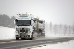 Weiße Mercedes-Benz Actros Truck und Streusalz Stockfotos