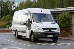 Weiße Mercedes-Benz Sprinter Minibus stockbilder