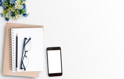 Weiße minimale Schreibtischtabelle mit intelligentem Telefon Stockbild