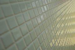 Weiße mit Ziegeln gedeckte Wand stockfotografie
